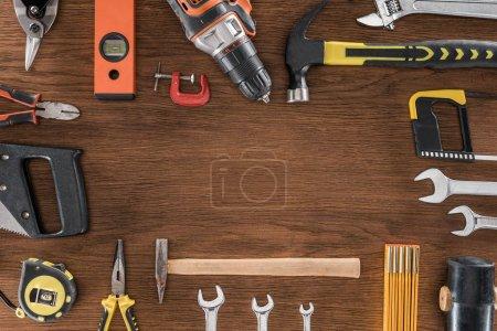 Photo pour Vue de dessus de disposés divers outils sur table en bois - image libre de droit
