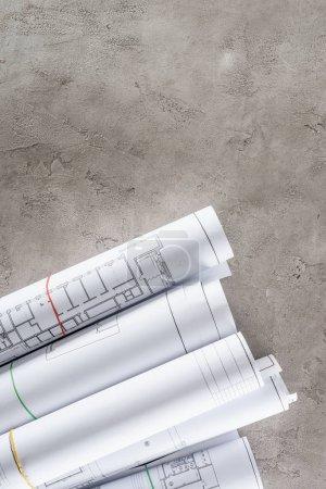vue de dessus des plans de l'architecte disposées sur la surface du béton