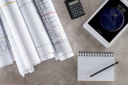Photo pour Vue de dessus du travail d'architecte avec vide tablette ipad, la calculatrice et le manuel sur table - image libre de droit