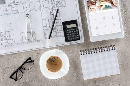 Photo pour Vue de dessus du travail d'architecte avec blueprint, diviseur, café et numérique tablette avec foursquare sur écran - image libre de droit