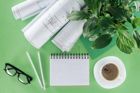 Photo pour Vue de dessus du travail d'architecte avec vide manuel, de bleus, de café et de plantes sur table - image libre de droit