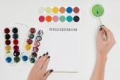 image recadrée de l'artiste féminine de dessin par paintbrush en vide manuel au tableau blanc avec des peintures colorées