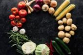 lay plat avec la composition alimentaire de récolte d'automne sur la surface du marbre noir