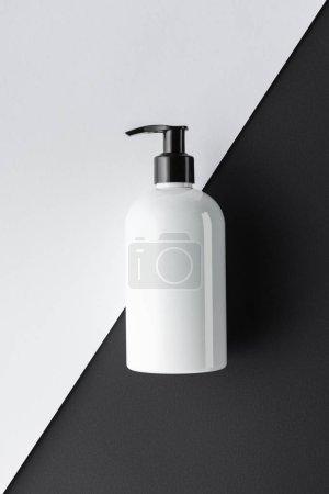 Photo pour Vue de dessus de la bouteille de crème sur le concept de beauté surface, noir et blanc - image libre de droit