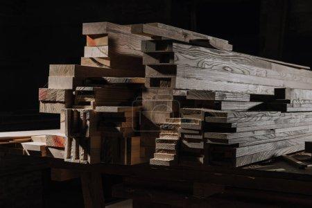 Foto de Cerrar vista de tablas de madera dispuestas en el taller de madera - Imagen libre de derechos