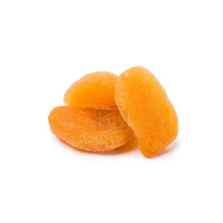 Photo pour Savoureux abricots secs isolés sur fond blanc - image libre de droit
