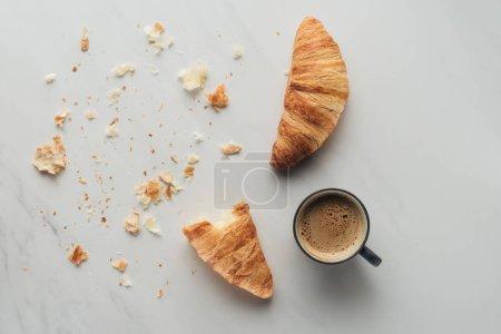 Photo pour Vue de dessus de tasse à café et croissants sur marbre blanc - image libre de droit