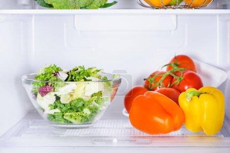 bol de salade et poivrons mûrs au réfrigérateur