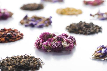 Photo pour Ensemble de thé séchée à base de plantes bio sur table blanc - image libre de droit