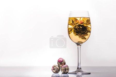 Foto de Vaso de té chino de flores con bolas de té en la mesa - Imagen libre de derechos