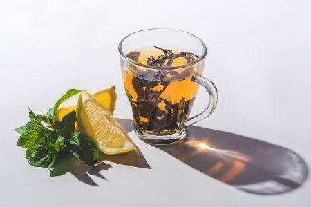 bonne santé thé au citron et de menthe sur le dessus de table blanc