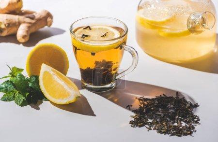 bonne santé thé noir au citron et de menthe sur le dessus de table blanc