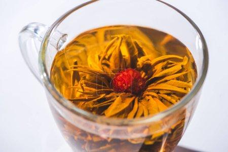 Foto de Cerca de té de hierbas con flor de cristal - Imagen libre de derechos