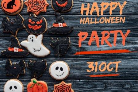 """Foto de Vista elevada de spooky deliciosas galletas de halloween colocados en filas sobre fondo de madera con """"feliz fiesta de halloween, 31 de octubre"""" Letras - Imagen libre de derechos"""