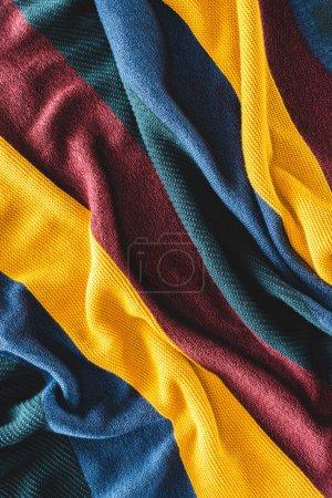 bouchent la vue sur fond de tissus en laine colorées disposées