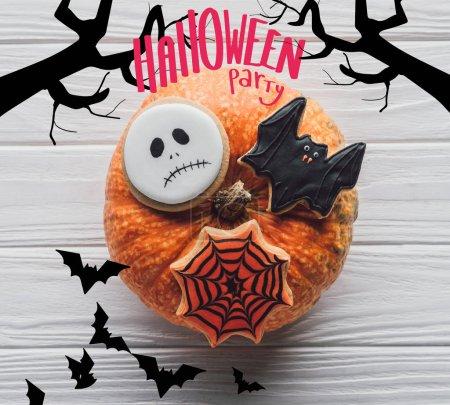 Photo pour Vue de dessus de citrouille avec biscuits maison d'halloween sur table en bois avec «halloween party» lettrage - image libre de droit
