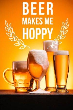 Photo pour Arrangé les chopes de bière froide avec mousse sur fond orange avec inspiration «bière makes me hoppy» - image libre de droit