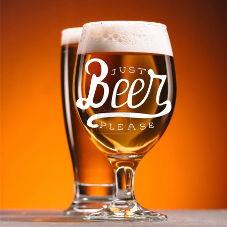 Photo pour Mise au point sélective d'arrangement de verres de bière avec la mousse sur fond orange avec «bière juste s'il vous plaît» inscription - image libre de droit