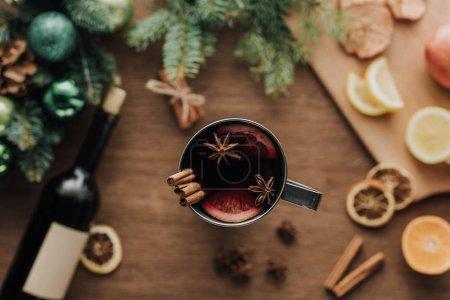 Foto de Vista superior de la taza de vino caliente con canela pega sobre tablero de madera, concepto de Navidad - Imagen libre de derechos