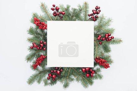 Photo pour Vue de dessus de couronne de pin avec décorations de Noël et espace vide carré au milieu isolé sur blanc - image libre de droit