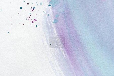 Foto de Wallpaper abstracto con violetas y azules acuarela trazos y manchas sobre papel blanco - Imagen libre de derechos