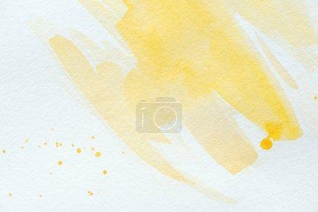 Foto de Artísticos trazos de acuarela amarillo sobre papel blanco - Imagen libre de derechos