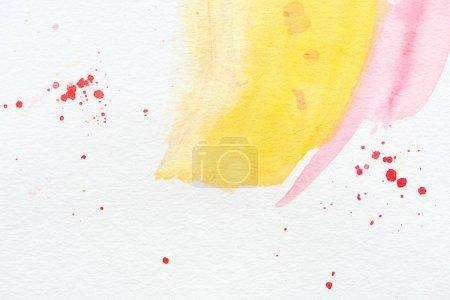 Foto de Fondo abstracto con trazos de acuarela amarillo y rosas con manchas rojo - Imagen libre de derechos