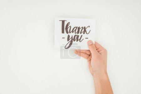 Photo pour Vue recadrée de la personne tenant une carte postale blanche avec lettrage de remerciement isolé sur fond blanc - image libre de droit