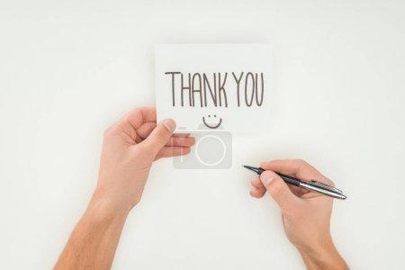 Photo pour Mains tenant des lettres de remerciements sur carte postale blanche et stylo isolé sur fond blanc - image libre de droit