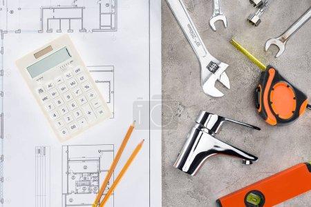 Foto de Vista superior del edificio plan con distintas herramientas y calculadora en la superficie de hormigón - Imagen libre de derechos