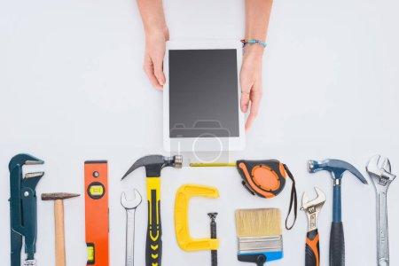 Foto de Toma recortada de mujer con tablet de varias herramientas en blanco - Imagen libre de derechos
