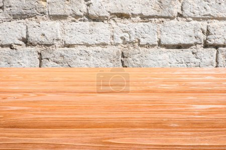 modèle de plancher en bois orange avec mur de briques blanches sur fond