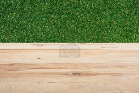 gabarit de plancher en bois beige avec herbe verte sur le fond