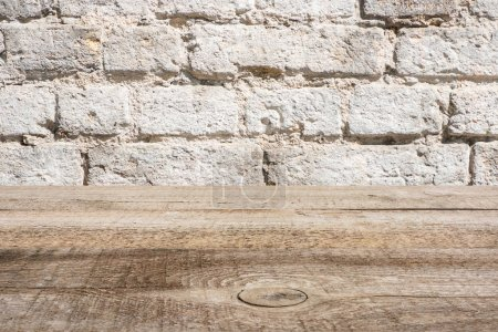 Photo pour Gabarit de plancher en bois brun avec mur de briques sur fond - image libre de droit