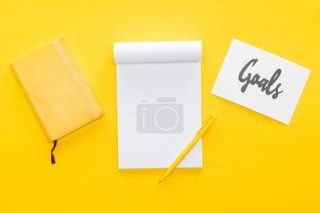 Photo pour Ordinateur portable blanc et une carte avec «objectifs» inscription sur fond jaune, notion de paramètre objectif - image libre de droit
