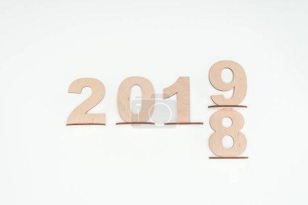 Foto de Vista superior de madera números con fecha que simboliza el cambio de 2018 2019 aislado en blanco - Imagen libre de derechos