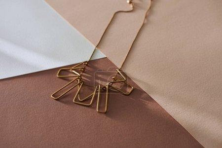 Photo pour Collier de luxe belle sur une surface blanche et beige avec la lumière du soleil - image libre de droit