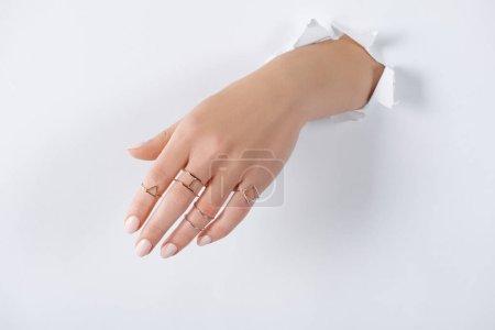 Foto de Recortar imagen de mujer de la mano con anillos de plata hermoso lujo a través del libro blanco - Imagen libre de derechos