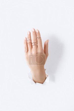 Photo pour Cropped image de femme montrant la main avec des anneaux d'argent belle luxe par le livre blanc - image libre de droit