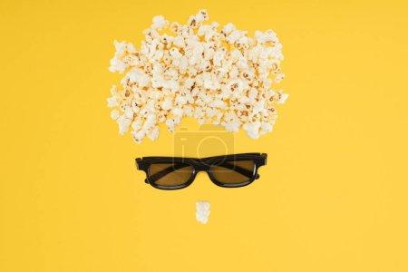 Photo pour Verres stéréoscopiques 3d et pop-corn savoureux isolé sur jaune - image libre de droit