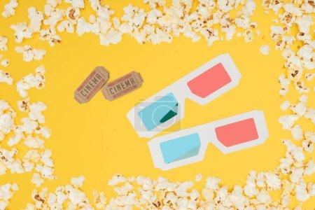 Photo pour Billets de cinéma et des lunettes 3d dans le cadre de pop-corn savoureux isolé jaune - image libre de droit