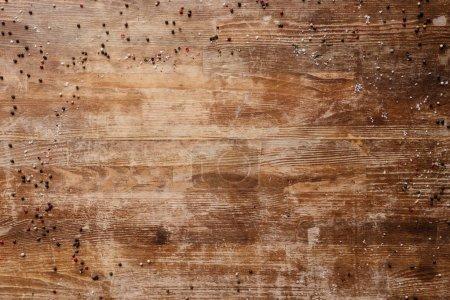 vista superior de la mesa de madera vintage con granos de pimienta dispersos