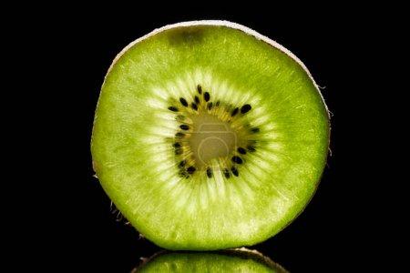 Photo pour Tranche de kiwi cru frais fruit isolé sur fond noir - image libre de droit
