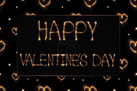 Photo pour Proche vue jour de valentines heureux léger avec lettrage et coeurs sur fond noir, notion de st Valentin - image libre de droit