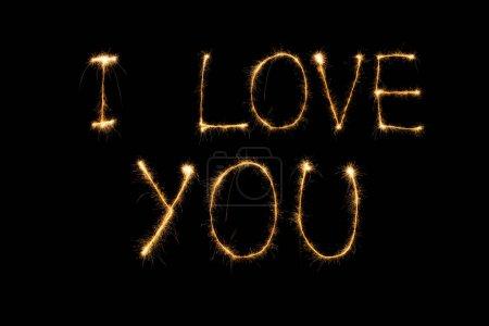 Photo pour Gros plan vue de je t'aime lumineuse lettrage sur fond noir, notion de st Valentin - image libre de droit