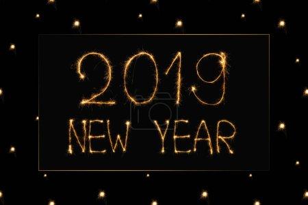 Photo pour Bouchent la vue de 2019 nouvel an signe clair sur fond noir - image libre de droit