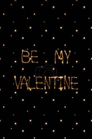 Photo pour Gros plan vue d'être ma lumière valentine lettrage sur fond noir, st Valentin concept - image libre de droit