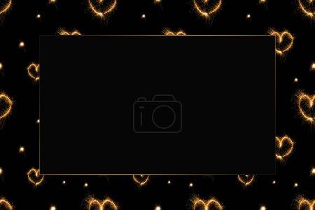 Photo pour Plein cadre des coeurs légers signes disposés sur fond noir avec un espace vide au milieu - image libre de droit