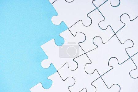 Ansicht der weißen Puzzles Anordnung auf blauem Hintergrund