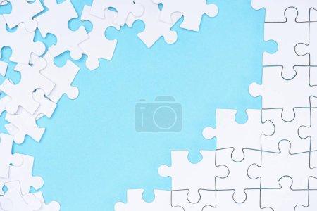 Photo pour Plein cadre de l'arrangement de puzzles blanc sur fond bleu - image libre de droit